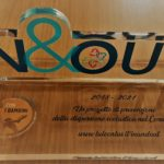 In&Out: testimone con logo del progetto